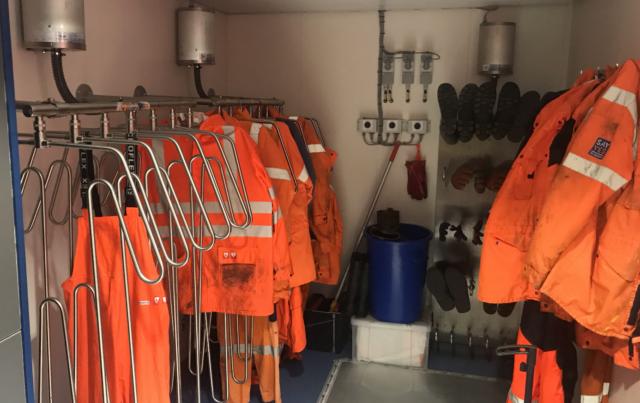 drogers voor overalls, laarzen en handschoenen voor werfpersoneel bij onshore toepassingen