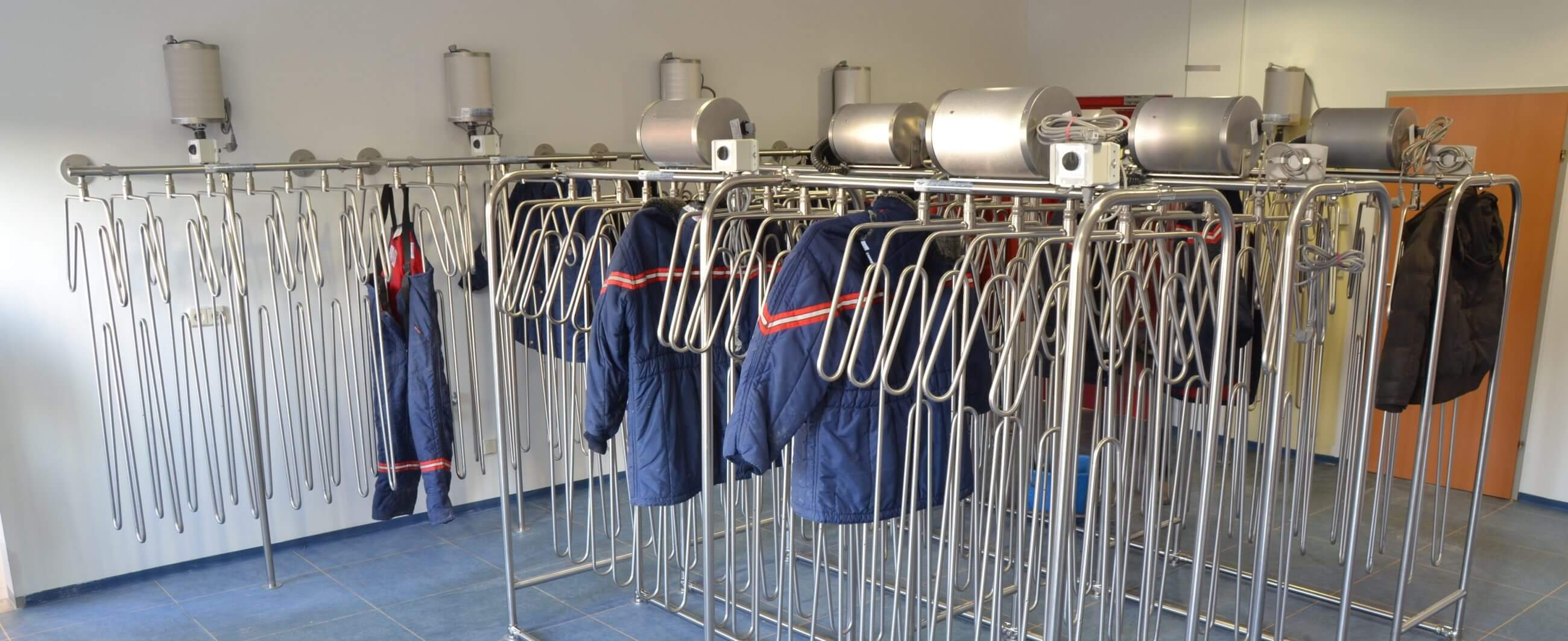 drying system for thermal clothing and splash suits in cold stores and freezer rooms
